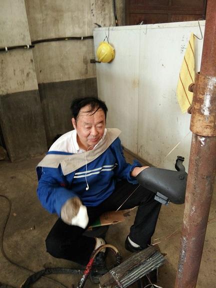 村长刘松申认真学氩弧焊