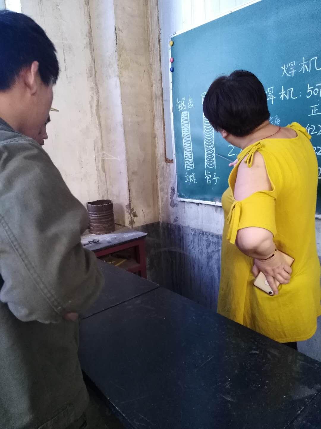 孙老师为学员讲理论课