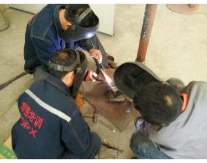 李老师手把手指导王志强、陈瑞蛟氩弧焊技术