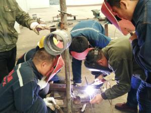 学员们学习纪彦超氩弧焊操作中